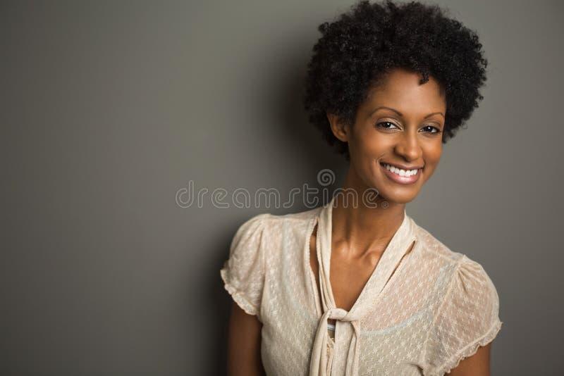 Bella giovane donna alla moda immagini stock
