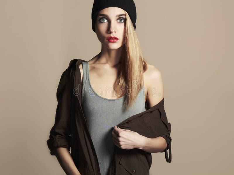 Bella giovane donna alla moda in cappello ragazza bionda di bellezza in cappuccio fotografia stock