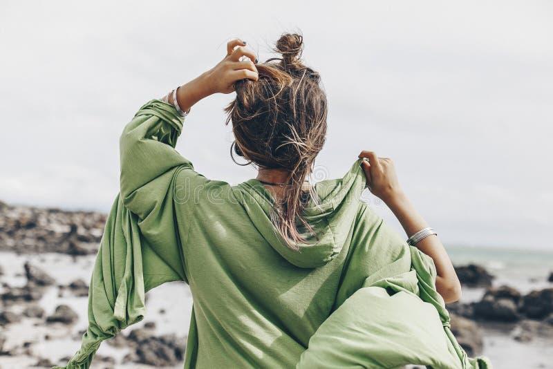 Bella giovane donna alla moda sulla spiaggia dal BAC fotografia stock libera da diritti