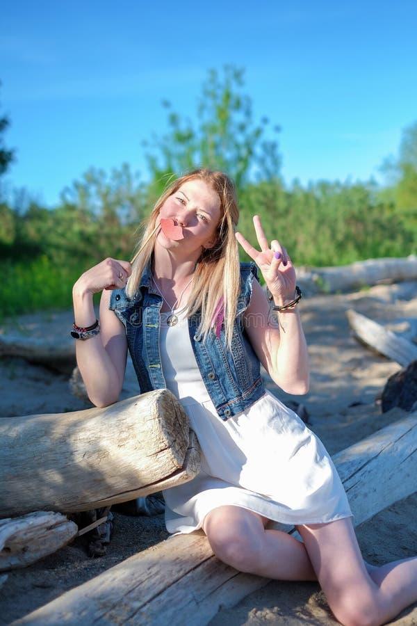 Bella giovane donna allegra divertendosi all'aperto fotografia stock libera da diritti