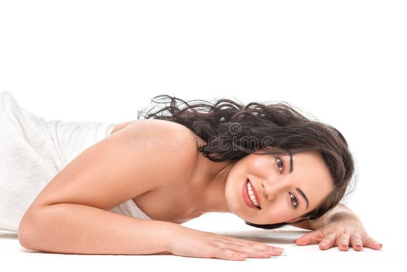 Bella giovane donna asiatica in asciugamano bianco immagini stock