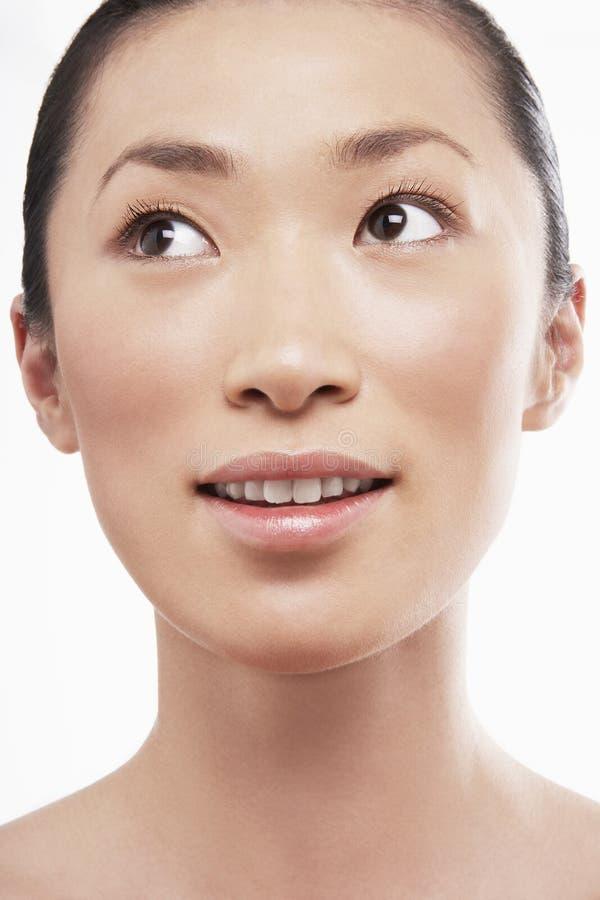 Bella giovane donna asiatica che guarda lateralmente fotografia stock libera da diritti