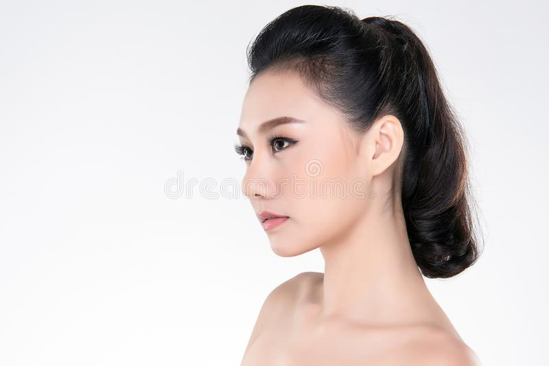 Bella giovane donna asiatica con pelle fresca pulita fotografie stock libere da diritti