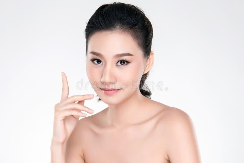 Bella giovane donna asiatica con pelle fresca pulita fotografie stock
