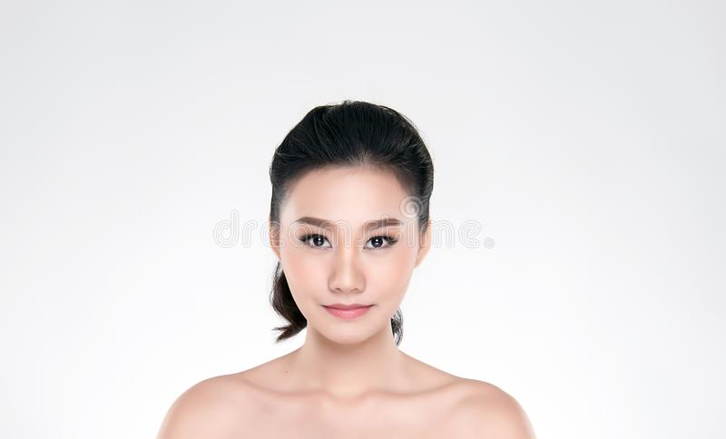 Bella giovane donna asiatica con pelle fresca pulita immagini stock