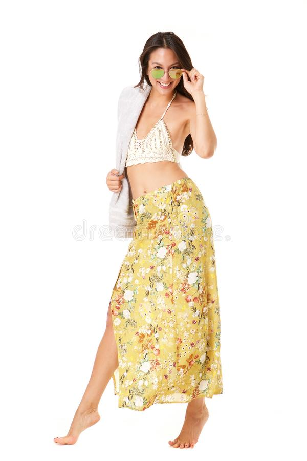 Bella giovane donna asiatica dell'ente completo che posa in vestito da estate contro il fondo bianco isolato fotografia stock
