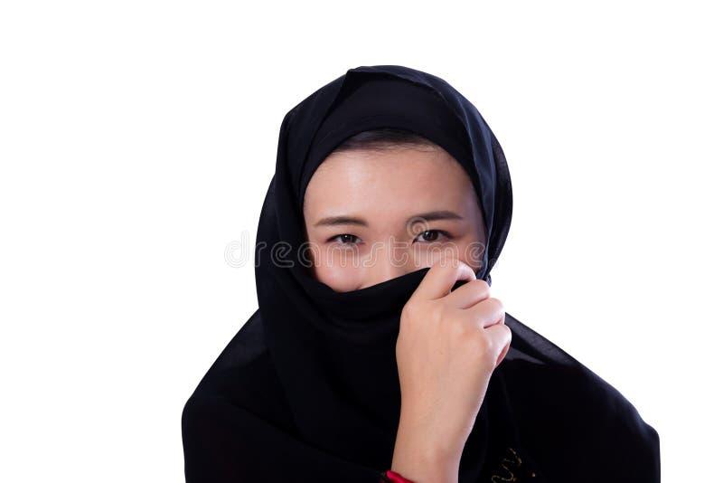 Bella giovane donna asiatica misteriosa che indossa vicino della sciarpa su isolato immagini stock libere da diritti