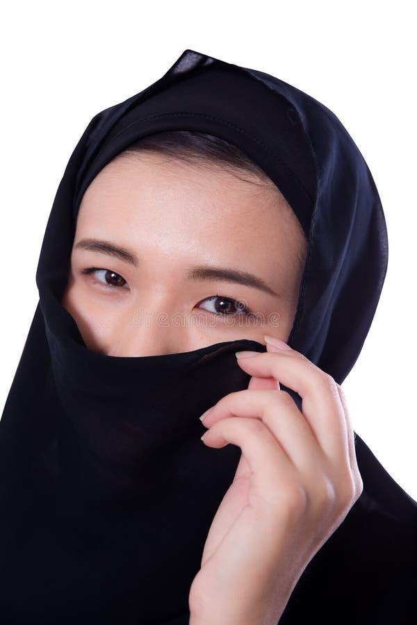 Bella giovane donna asiatica misteriosa che indossa vicino della sciarpa su isolato fotografia stock libera da diritti