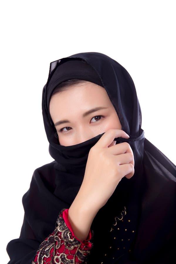 Bella giovane donna asiatica misteriosa che indossa vicino della sciarpa su isolato fotografie stock