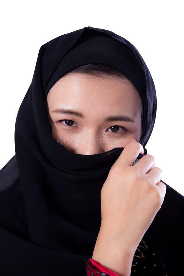 Bella giovane donna asiatica misteriosa che indossa vicino della sciarpa su isolato su fondo bianco fotografia stock libera da diritti