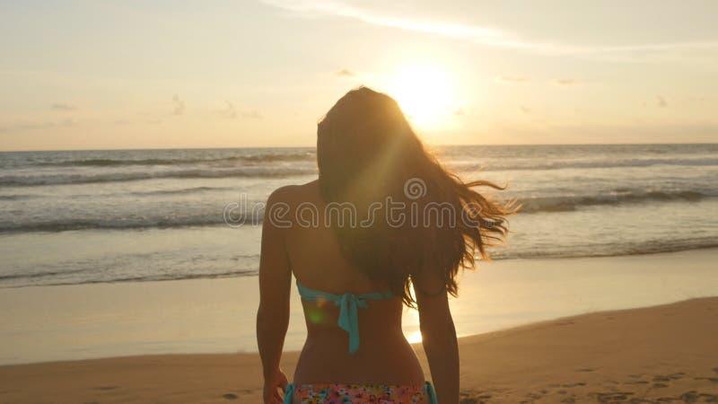 Bella Giovane Donna In Bikini Che Sta Vicino Al Mare Sul ...