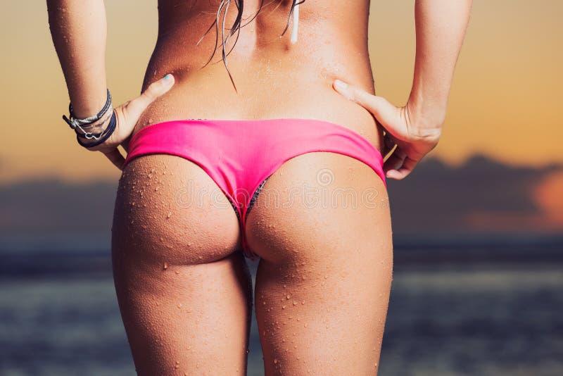 Bella giovane donna in bikini sexy fotografia stock