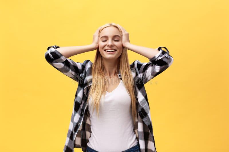 Bella giovane donna bionda affascinante graziosa che sorride felicemente, divertendosi all'interno, giocando con i capelli diritt fotografie stock libere da diritti