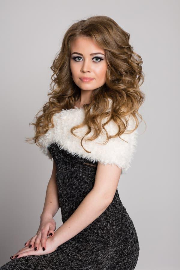 Bella giovane donna bionda con capelli ricci fotografie stock