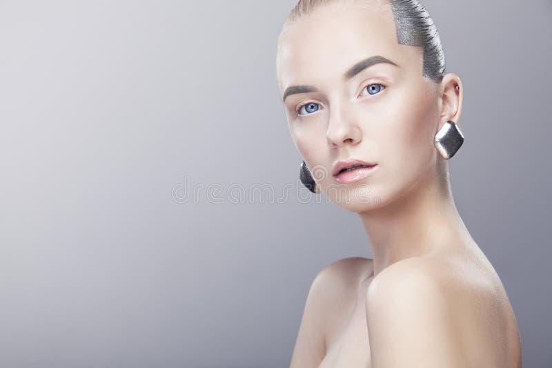 Bella giovane donna bionda con il fronte pulito Alto colpo chiave fotografia stock