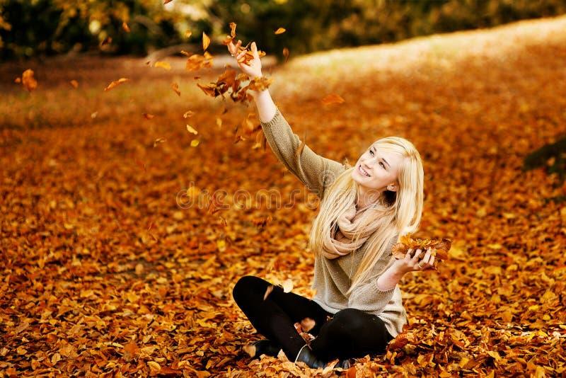 Bella giovane donna bionda con le foglie fotografie stock libere da diritti