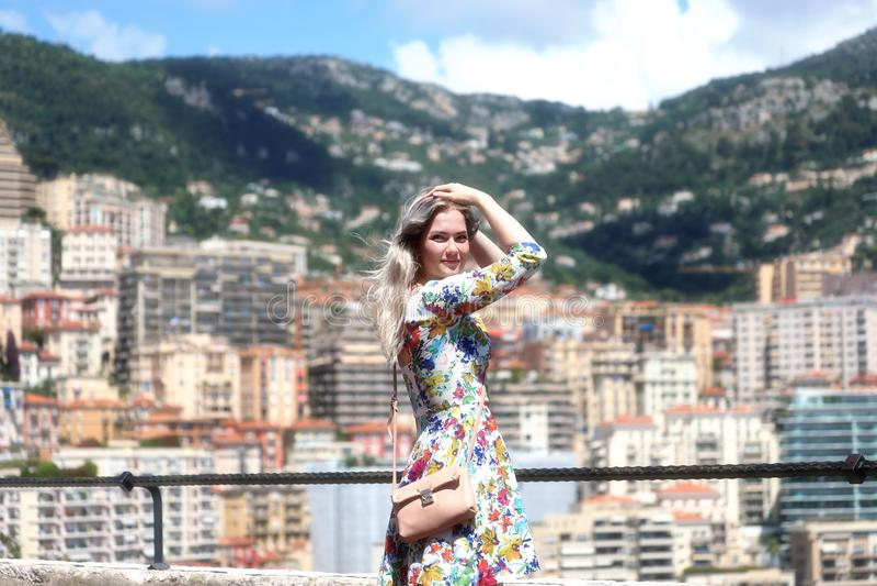 Bella giovane donna bionda nel Monaco immagini stock libere da diritti