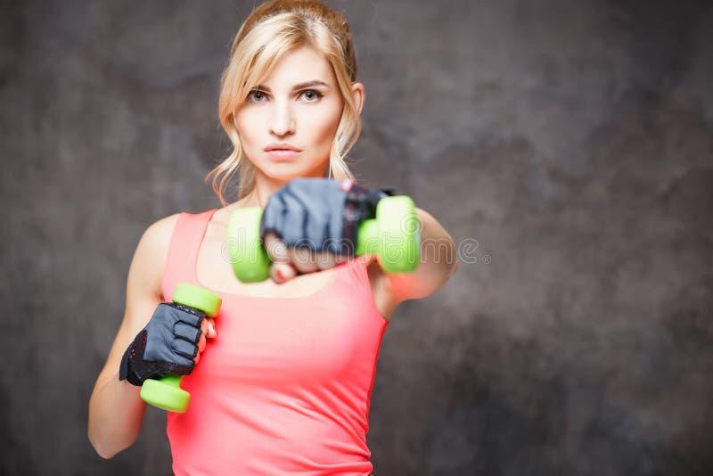 Bella giovane donna bionda nello stile di sport fotografie stock libere da diritti