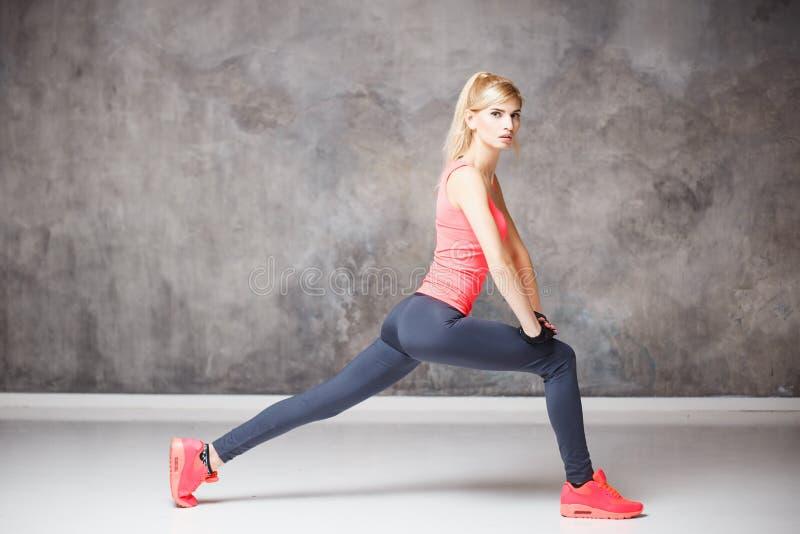 Bella giovane donna bionda nello stile di sport fotografie stock