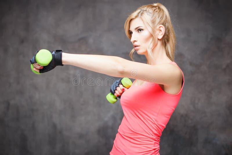 Bella giovane donna bionda nello stile di sport fotografia stock libera da diritti
