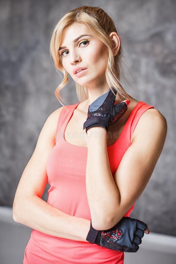 Bella giovane donna bionda nello stile di sport fotografia stock