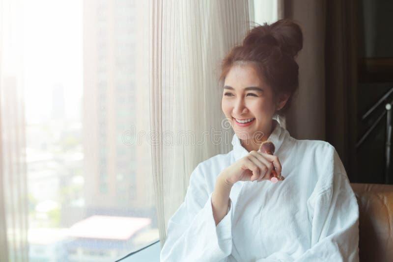 Bella giovane donna in buona salute che si rilassa in un abito immagini stock