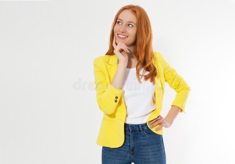 Bella giovane donna capa rossa felice in uno spazio alla moda della copia del rivestimento giallo Distogliere lo sguardo rosso at immagine stock