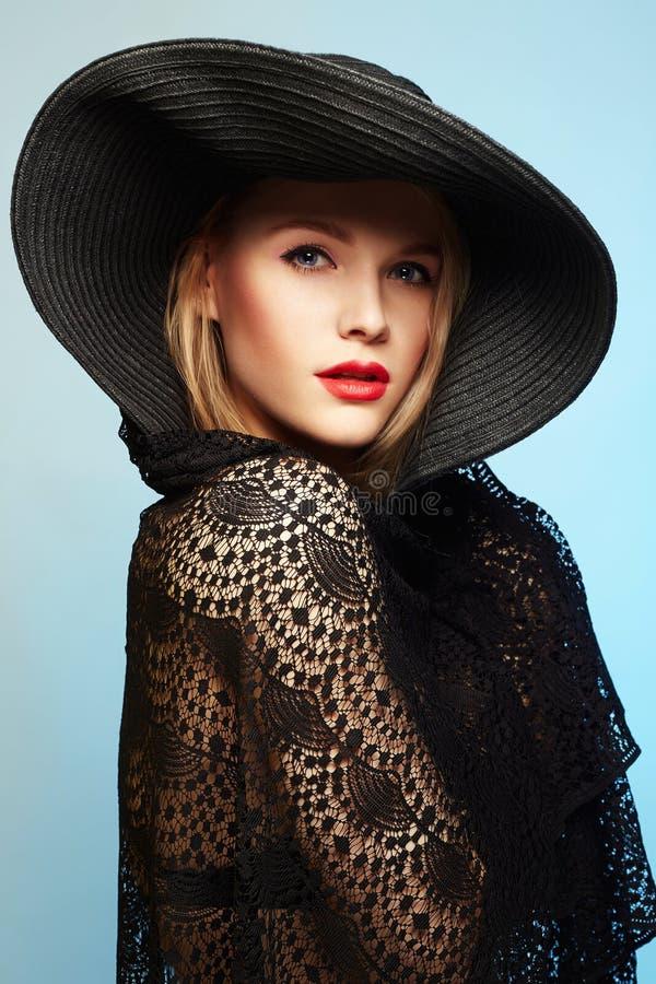Bella giovane donna in cappello fotografia stock libera da diritti