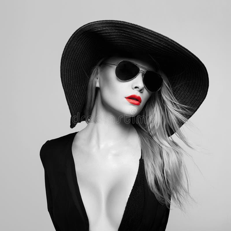 Bella giovane donna in cappello ed occhiali da sole immagine stock libera da diritti
