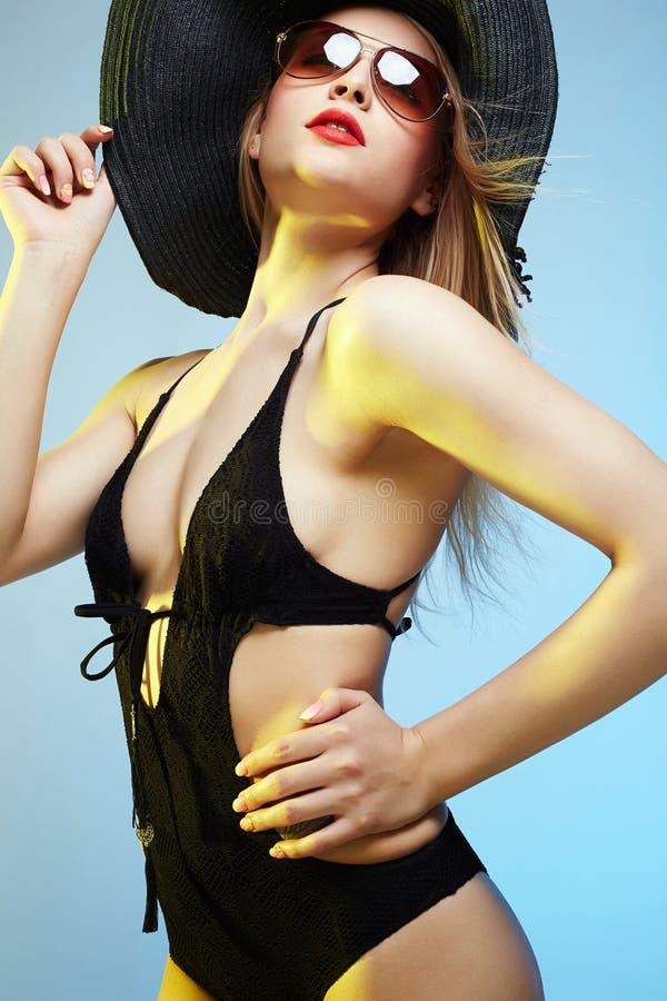 Bella giovane donna in cappello ed occhiali da sole immagini stock libere da diritti