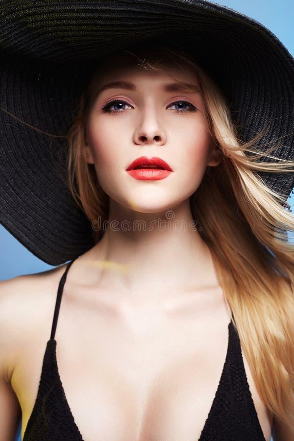 Bella giovane donna in cappello Estate immagine stock