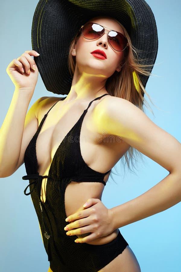 Bella giovane donna in cappello Estate fotografia stock