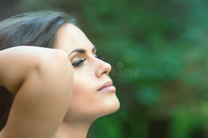 Bella giovane donna castana all'aperto Giorno pieno di sole Summe della natura fotografia stock libera da diritti