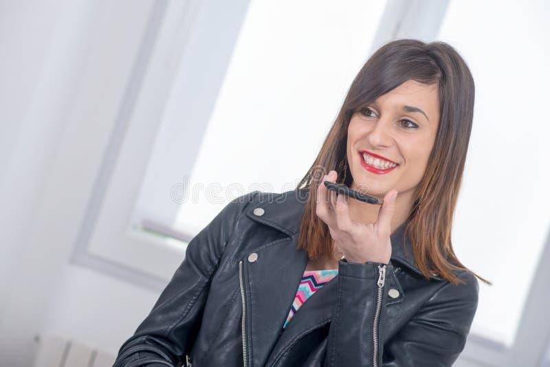 Bella giovane donna castana che parla sul telefono immagine stock libera da diritti