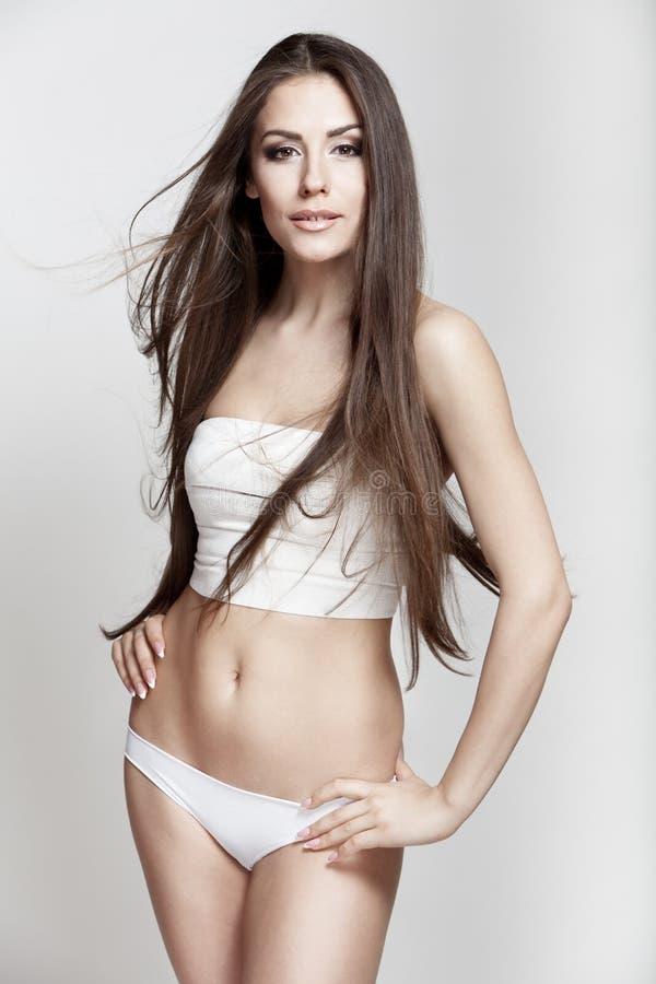 Bella Giovane Donna Castana Con Capelli Lunghi Fotografia ...
