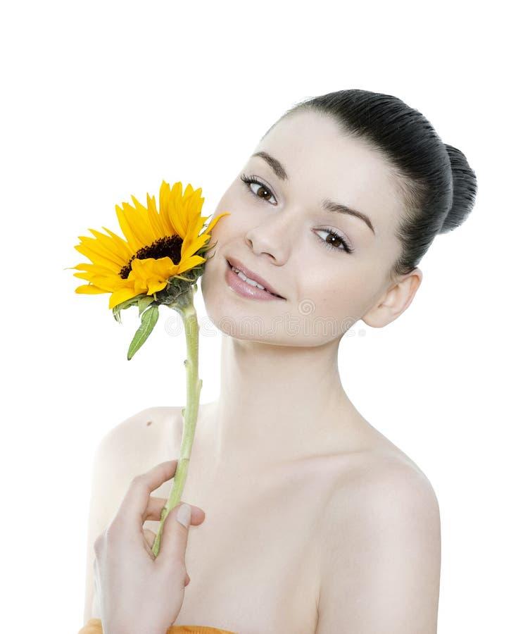 Bella donna castana con il fiore fotografia stock