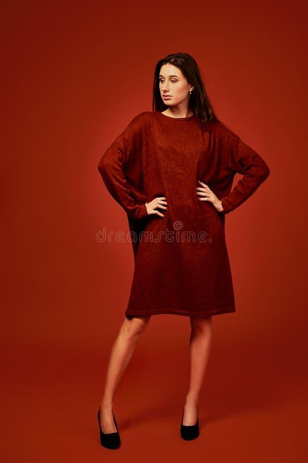 Bella giovane donna castana in vestito piacevole da boho di estate, posante in uno studio Foto di estate della molla di modo fotografie stock libere da diritti