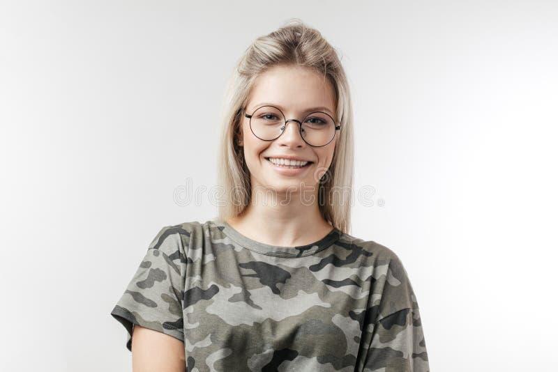 Bella giovane donna caucasica con capelli biondi, isolati sopra fondo bianco fotografia stock libera da diritti