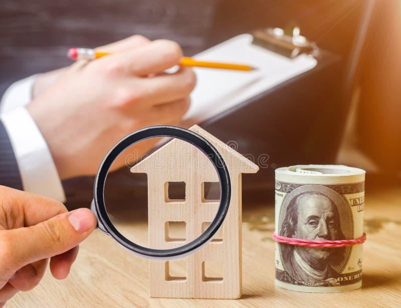 Bella giovane donna caucasica Valutazione della proprietà Comprando e vendendo una casa, appartamento Affitto domestico Alloggiam immagine stock