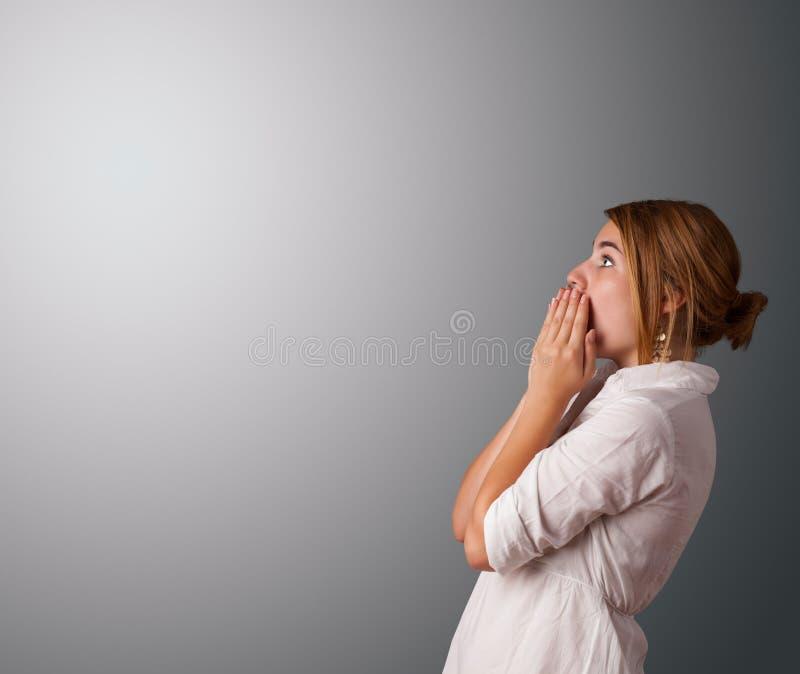 Giovane donna che fa i gesti fotografia stock