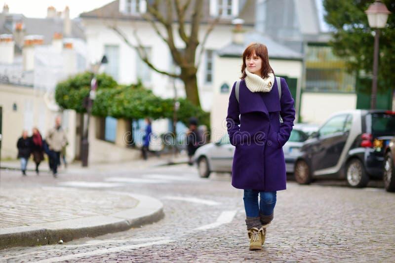 Bella giovane donna che fa un giro turistico a Parigi immagine stock libera da diritti