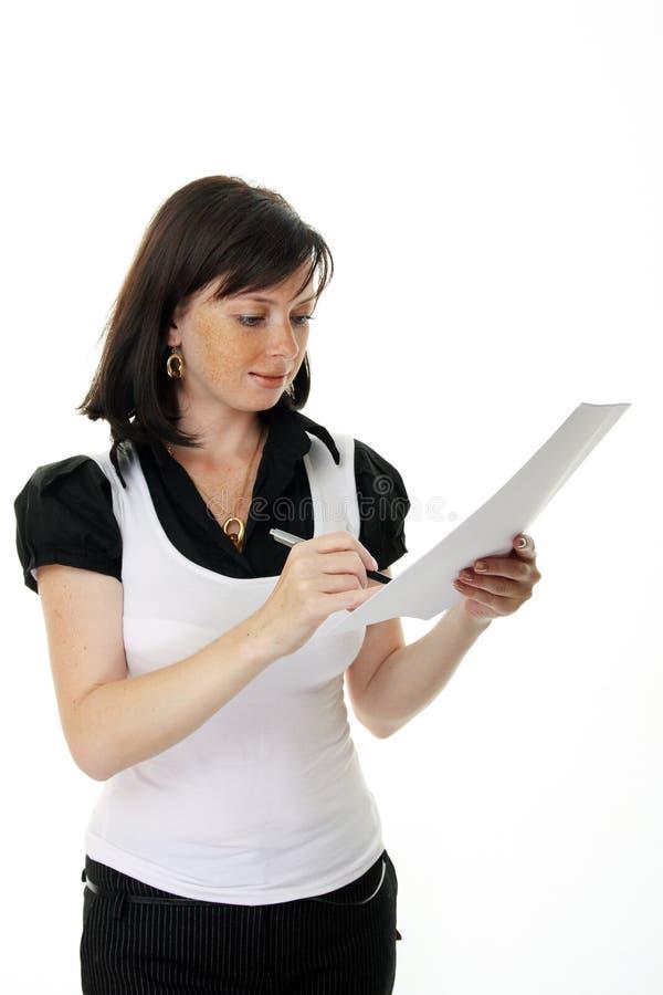 Bella giovane donna che firma un documento immagine stock libera da diritti