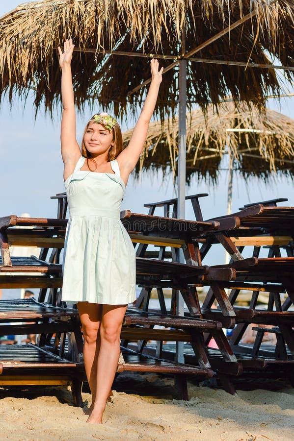 bella giovane donna che gode del giorno soleggiato sull' fotografie stock