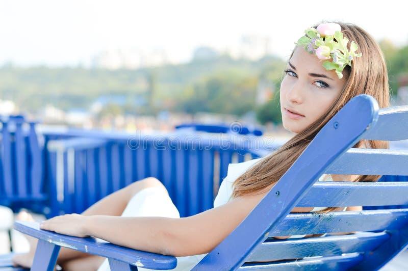 Bella giovane donna che gode del giorno soleggiato sulla spiaggia di estate all'aperto immagine stock