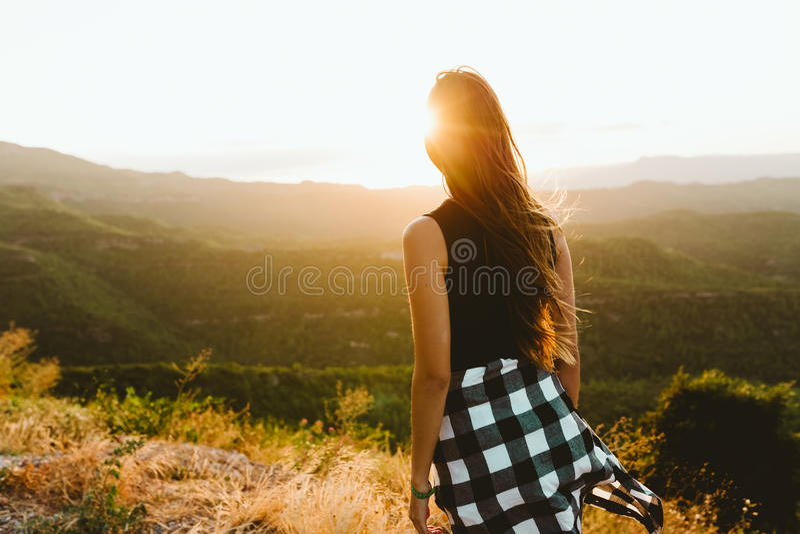 Bella giovane donna che gode della natura al picco di montagna immagine stock libera da diritti