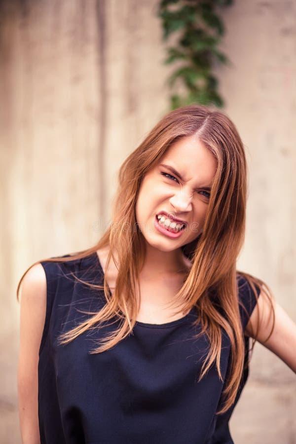 Bella giovane donna che mostra le emozioni arrabbiate immagini stock