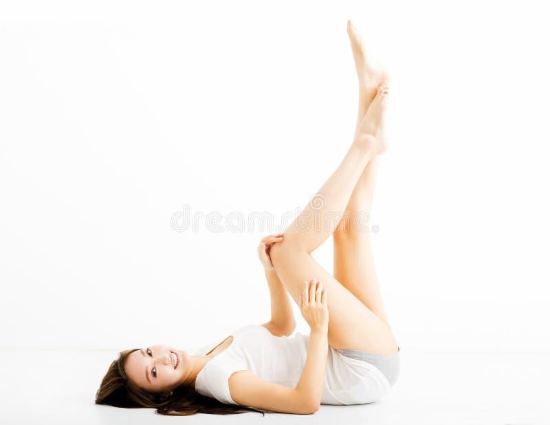 Bella giovane donna che mostra le gambe lunghe immagine stock