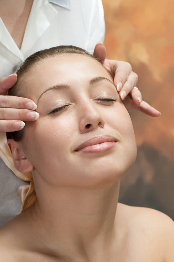 Bella giovane donna che ottiene un massaggio fotografia stock libera da diritti