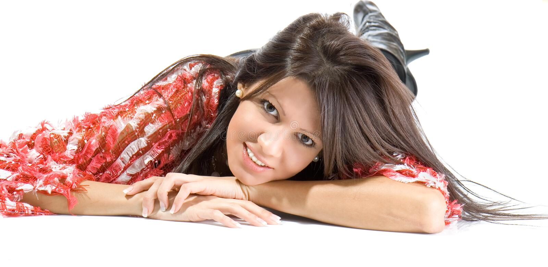 Bella giovane donna che pone sul sorridere del pavimento fotografie stock