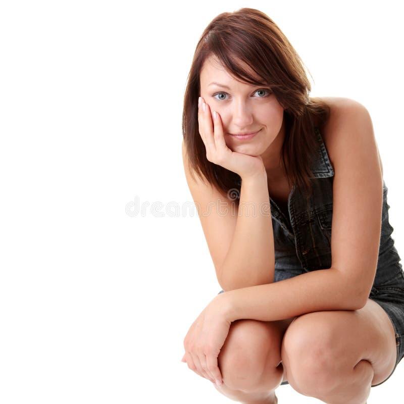 Bella giovane donna che porta il vestito di salto blu